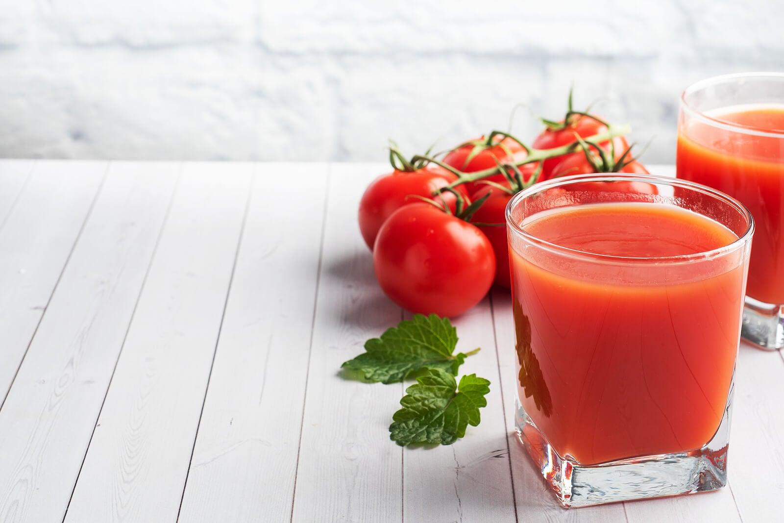 El jugo de tomate natural es delicioso con fresas.