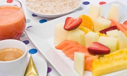 ¿Es saludable comer frutas en ayunas?