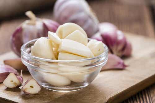 ¿Los grandes beneficios de comer ajo en ayunas?