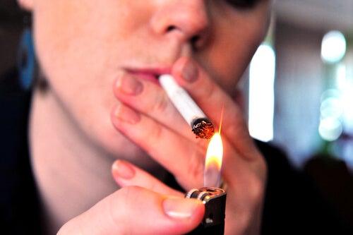 Persona con hábitos de fumar