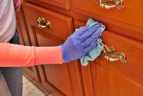 C mo limpiar y abrillantar la madera con productos caseros mejor con salud - Como limpiar los muebles de madera ...