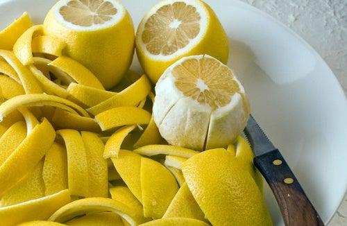 Cómo afrontar el dolor en las articulaciones con cáscara de limón