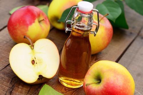 Vinagre de manzana en una mesa