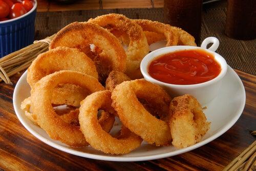 La salsa barbacoa es ideal para acompañar aros de cebolla.