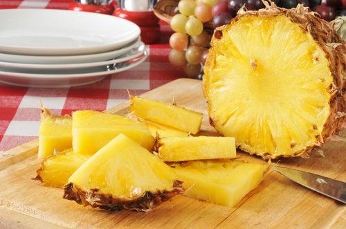 Beneficios de consumir piña, una fruta diurética