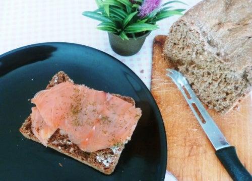 Pan con salmón y queso