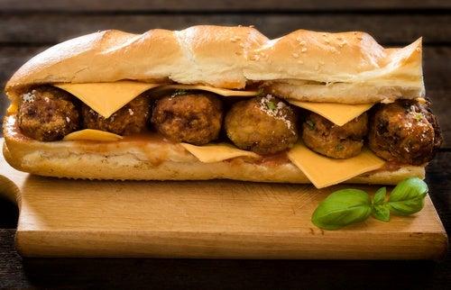 Sándwich de queso y albóndigas