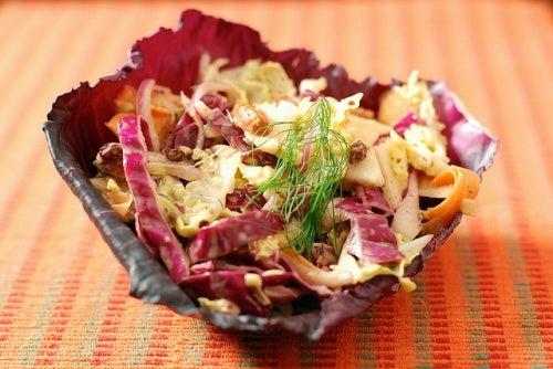 Alimentos crudos para preparar una ensalada a diario