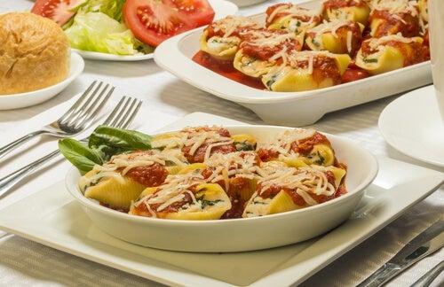 Conchas de pasta rellenas de pollo y salsa de cebolla