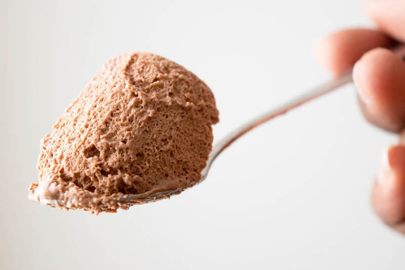 Cuchara de mousse de chocolate