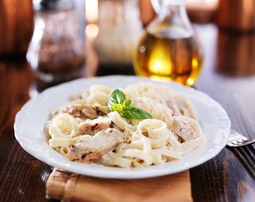 Fettuccine con salsa Alfredo y pollo