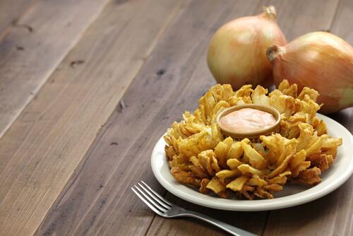 Flor de cebolla frita con salsa