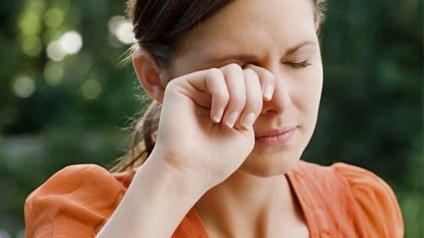 Mujer sufriendo visión borrosa