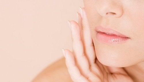 El aceite de sésamo contiene antioxidantes y vitamina E, esenciales para el cuidado de la piel.