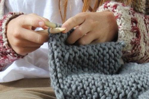 Lanaterapia: beneficios de tejer a mano