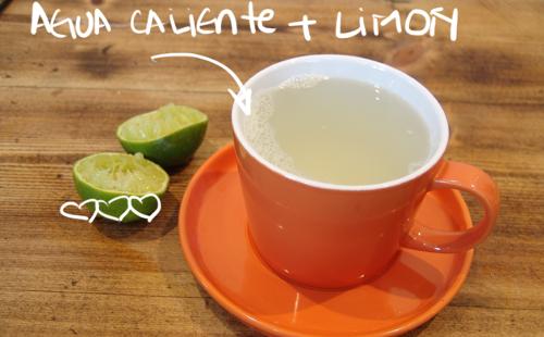 jugo de limon y agua tibia