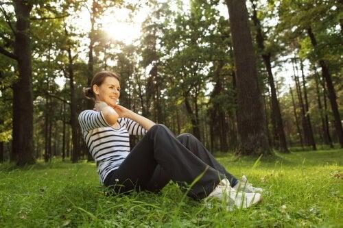 Mujer hace ejercicio en el bosque