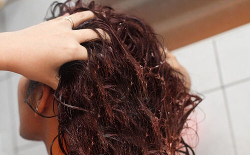 Descubre cómo fortalecer tu pelo con agua de linaza