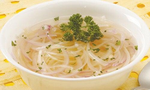 Sopa de cebolla y ajo para tratar la gripe