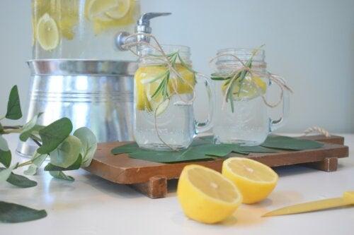 Beneficios de beber agua con limón en ayunas