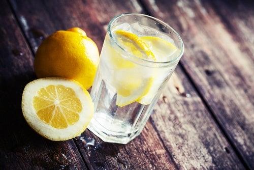 agua-de-limon aguas cítricas