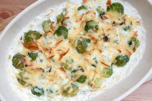 Coles de Bruselas con mantequilla de ajo y queso parmesano