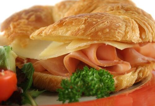 Croissant de queso y cebolla
