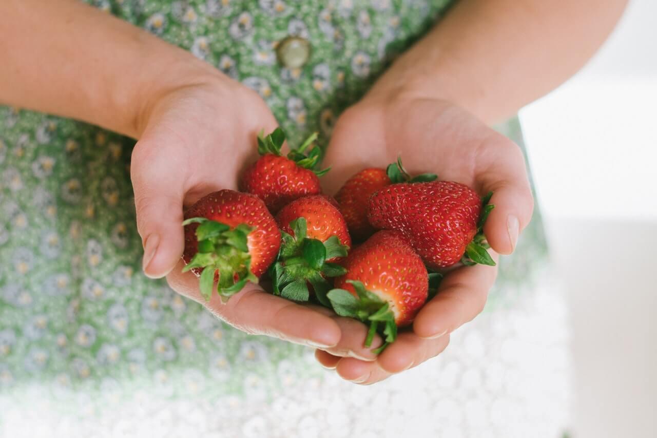 Fresas en las manos.