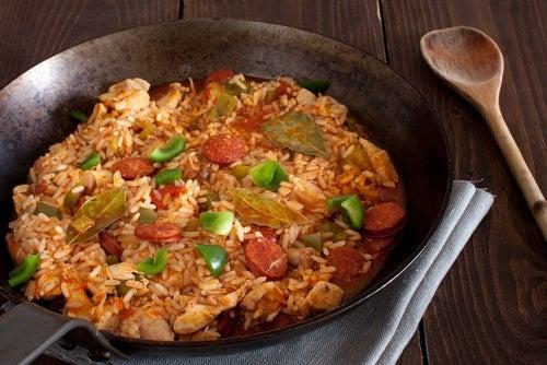 Las salchichas con pimientos y cebolla pueden combinar bien con el arroz.