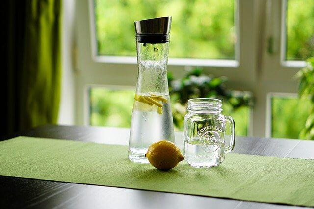 El agua de limón forma parte de la dieta de desintoxicación.