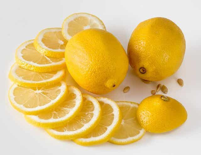 limones en la mesa