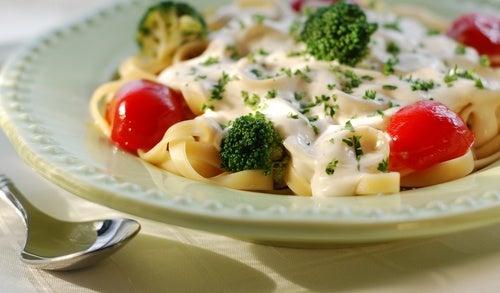 Pasta Alfredo con brócoli y pollo