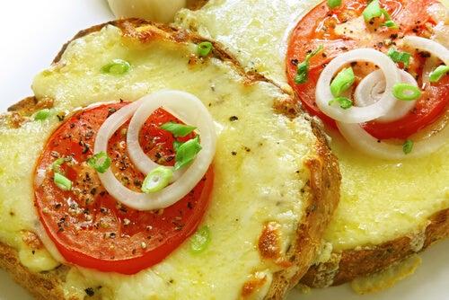 Pastel de pan de molde gratinado