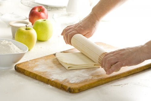 Preparación de un postre de manzana.