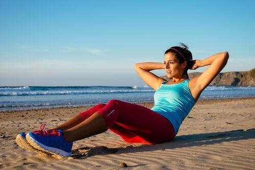 Realizar ejercicios abdominales.