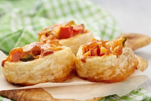 Rollitos de pizza rellenos de jamón y queso