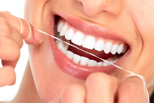 prevenir las caries: utilizar seda dental