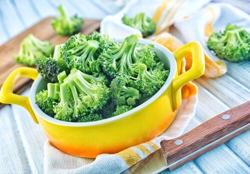 ¿Cuál es la manera correcta de comer brócoli para aprovechar sus nutrientes?