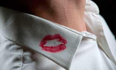 beso en infidelidad de pareja