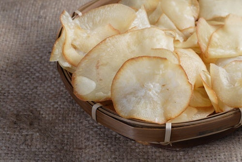 Plato relleno de chips de berenjena y otros vegetales