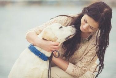 Perro con su dueña
