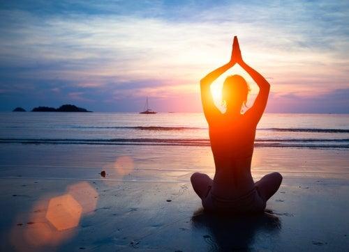 mujer relajándose para combatir el estrés emocional