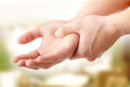 Mover la muñeca puede incidir en la disminuición del dolor de la artitris.