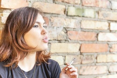 El tabaquismo es una de las causas más comunes del mal aliento.
