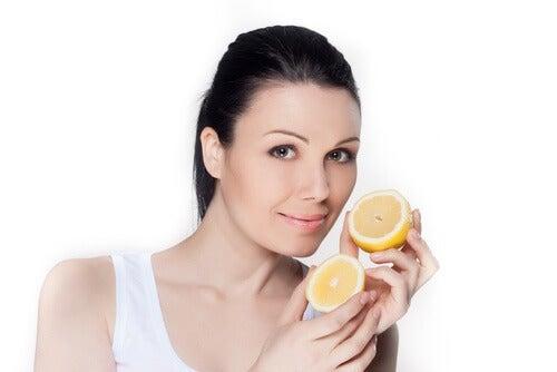El jugo de limón es muy útil para eliminar las manchas de la piel.