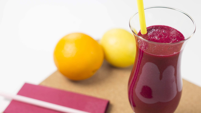 Zumo de naranja, manzana, limón y remolacha para reducir el colesterol