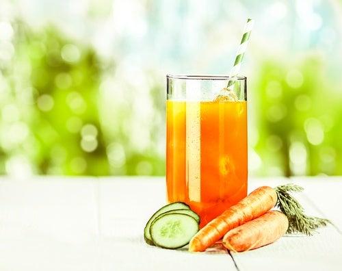 Jugo-de-zanahoria-manzana-naranja-y-pepino