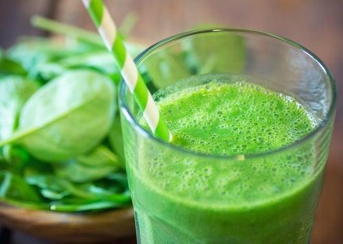 Jugo verde para mejorar la salud tiroidea