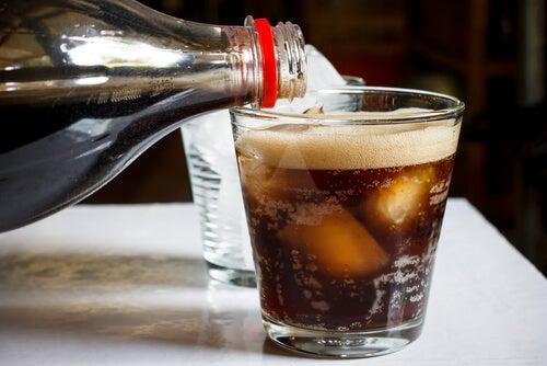 ¿Sabes lo que ingieres al beber un refresco?