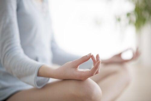 Medita brevemente para quitar las tensiones